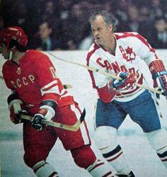 Valery Kharlamov and Gordie Howe - 1974 Ice Hockey Players, Women's Hockey, Hockey Games, Military Jokes, Olympic Hockey, Hockey Boards, Sport Icon, Nfl Fans, Sports Figures