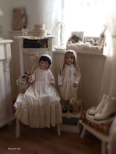 Brocante Brie Doll Display, Bisque Doll, Prams, Antique Toys, Old Toys, Doll Houses, Vintage Dolls, Doll Clothes, Shabby