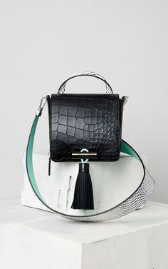 For some ladies, buying a genuine designer handbag isn't something to rush into. Because they handbags can certainly be so expensive, women usually agonize over their choices prior to making an actual bag acquisition. Sacs Design, Kate Spade Handbags, Shopper, Luxury Bags, Beautiful Bags, Small Bags, My Bags, Mini Bag, Purses And Handbags