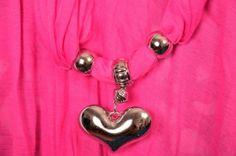 Skjerf m/stort hjerteanheng.Farge:Pink Materiale:80% bomull20% polyester  Anheng: Akryl Ml: Ca 170x45 cm