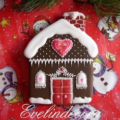 Christmas cookies with chocolate decorated with royal icing shaped house evelindecora Christmas Sugar Cookies, Holiday Cookies, Christmas Treats, Christmas Baking, Italian Christmas, Gingerbread Decorations, Gingerbread Cookies, Christmas Gingerbread House, Gingerbread Houses