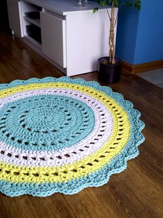 The round crochet rug is a versatile craft that you can make to decorate your home or even to sell and complement your income. Crochet Doily Rug, Crochet Carpet, Crochet Rug Patterns, Crochet Pillow, Crochet Round, Knit Rug, Crochet Amigurumi, Crochet Home Decor, Diy Carpet