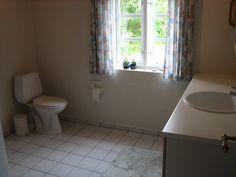 Stort badeværelse med bruser