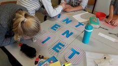 Een tijdje geleden schreef Ann een blog hoe je zelf een slinger kan maken. Weet je nog? Kregen we van de week een berichtje of daar ook een Sinterklaas slinger van gemaakt mocht worden of dat dat we dan heel boos zouden worden. Ehh, tuurlijk niet! Kijk, wat een mooi resultaat!  http://liefslabel.nl/2015/09/maak-je-eigen-slinger/