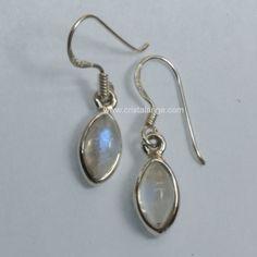 De belles boucles d'oreilles en argent avec pierre de lune Fidéline, des pierres gemmes naturelles aux beaux reflets bleus irisés. Découvrez tous nos bijoux pierres fines chez Cristalange