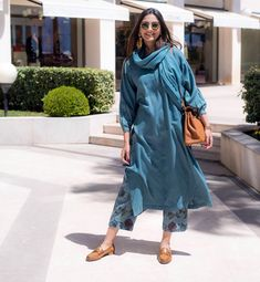 Sonam Kapoor Ahuja traditional kurta designs that are stylish but completely unconventional. She never forgets to pair the right accessories and makeup with kurtas. Pakistani Dresses, Indian Dresses, Indian Outfits, Indian Clothes, Indian Attire, Indian Ethnic Wear, Ethnic Fashion, Indian Fashion, Lehenga