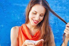 Droogshampoo is natuurlijk erg handig om je vette haar aan te pakken zonder wasbeurt. Maar dit beauty-wondermiddeltje doet zó veel meer! Met deze handige trucs heb je in een handomdraai een fijn kapsel, fris haar of minder uitgroei. Probeer dit eens! Volume Last van plat haar? Kam met je vingers door je haar en lift…