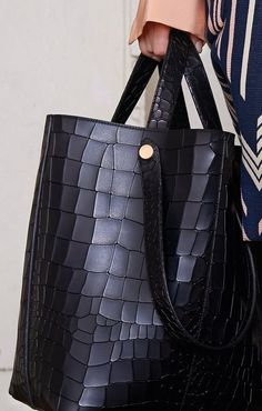 Trendy Summer Bags Designs For Exceptional Look - - 73 Amazing Beauty Ideas That Will Make You Look Like A Star Purses And Handbags, Leather Handbags, Leather Bag, How To Have Style, Tote Bags, Mein Style, Big Bags, Summer Bags, Beautiful Bags