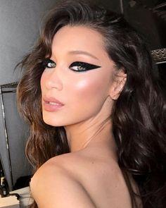 Bella Hadid graphic eyeliner with glitter makeup look 🔥✨ Makeup Trends, Makeup Tips, Makeup Inspo, Beauty Make-up, Hair Beauty, Asian Beauty, Grafik Eyeliner, Prom Makeup, Hair Makeup