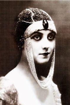 Kohl was fashionable as eyeliner in the 1910s and 20s, and this vampish look was altered to a heavier, more authentic Egyptian look.