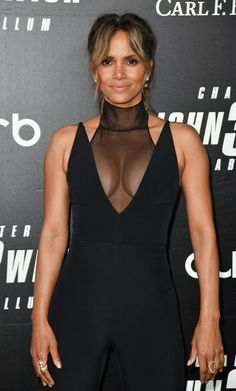 Halle Berry on the red carpet at the world premiere of John Wick: Chapter Photo Credits: Getty Images Halle Berry Style, Halle Berry Hot, James Bond, Classy Women, Sexy Women, Hale Berry, Hot Cheerleaders, Bond Girls, Couture