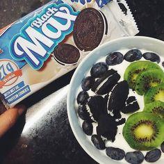 """Coisinhas de casa iogurte grego ligeiro e 2 bolachas """"oreo""""  ( # @anahgmonteiro)"""