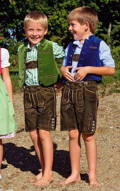 Lederhose aus Ziegenveloursleder mit Stickereien, Trägern und Messertasche. - Je nach Lieblingsfarbe passen dazu die Samtweste mit Stoffrücken und das Hemd in Apfelgrün oder Royalblau.