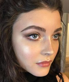 They can either make or break your look: your eyebrows! But getting them in the perfect shape is at the same time one of the hardest things to do.