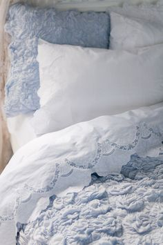 Just love the pretty, scalloped edge linens with the blue~❥