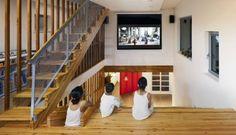 Para os momentos de lazer, a escadas serve de arquibancada para que as crianças possam assistir aos seus programas prediletos