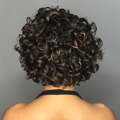 Curly Messy Brunette Bob with Golden Highlights Natural curls were meant for hairstyles that show off the healthy sheen of loopy locks. A scattering of metallic highlights elevates the style, giving it depth and sophistication. Short Curly Haircuts, Curly Hair Cuts, Black Curly Hair, Curly Bob Hairstyles, Long Curly, Easy Hairstyles, Curly Hair Styles, Natural Hair Styles, Brown Hair