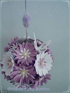 Bola decorada com flores e borboletas de papel scrap decor,cordão pompom e miolo de pérola. Pode ser utilizada como mobile em decoração de festa, centro de mesa,casamento,aniversário,bodas de prata eventos em geral. Pode ser feito em diversos tamanhos e cores. Consulte os valores e tamanhos. Esse tamanho mede 20cm R$ 49,99