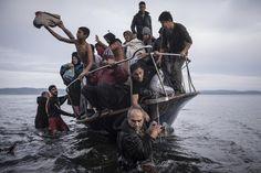 O maior concurso de fotojornalismo do mundo foi dominado pela crise dos refugiados. A imagem do ano encontra-os, de madrugada, na fronteira entre a Sérvia e a Hungria. Mário Cruz, fotógrafo da Agência Lusa, ganhou um dos primeiros prémios.