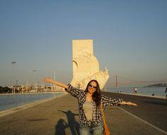 Portugal Lisboa - Belém Às margens do lindo Rio Tejo se encontra o Padrão dos Descobrimentos um dos monumentos mais bonitos da cidade. Esse monumento foi construído para homenagear os descobrimentos portugueses e tem a forma de uma caravela. Na parte debaixo de cada lado do monumento foram esculpidos os capitões portugueses ligados aos descobrimentos como Vasco da Gama e Pedro Álvares Cabral. No topo tem um mirante que paga para subir e a dica é: se você quer economizar vá no andar mais alto…