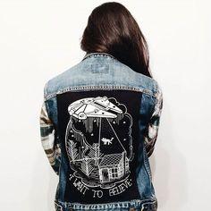 i want to believe denim jacket - yeeees Painted Jeans, Painted Clothes, Diy Fashion, Ideias Fashion, Kleidung Design, Denim Art, Diy Mode, Denim Ideas, Diy Clothing