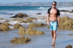 MAXI  šortky se stahováním na tkaničky oceníte v parném létě při sportu i na pláži. Šortky od Character za 363 Kč.