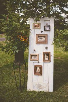 A porta de madeira envelhecida tornou-se um painel de fotos ideal para um casamento rústico.: