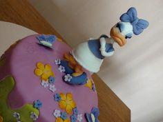 Gâteau 3D Miss Daisy Duck Vous l'avez reconnu, il s'agit de Daisy Duck. Le gâteau se compose d'une génoise chocolat, de 4 couches de ganache goût fraise et d'une crème au beurre meringuée à la fraise. La figurine de Daisy Duck et le magnifique gâteau...