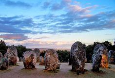 Cromeleque dos Almendres Localizado em Évora, o Cromeleque dos Almendres constitui um dos maiores vestígios neolíticos da Península Ibérica.