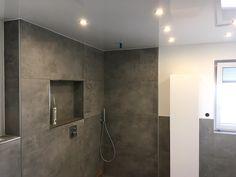 Eine Hochglanz Spanndecke Im Badezimmer Mit Modernen Led Einbaustrahler Handwerk Spanndecken Deckenverkleidung Wandbespannungen
