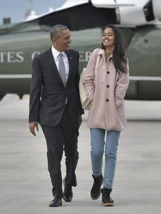 First daughter Malia Obama rocked high-waisted jeans and a pink coat on a trip with her dad, President Barack Obama, on Thursday, April 7 Malia Obama, Barack Obama Family, Obamas Family, Ellen Degeneres, Michelle Obama, Presidente Obama, Malia And Sasha, First Black President, Cool Girl Style