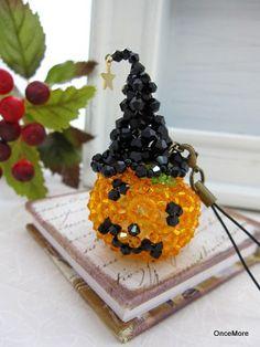 魔女の帽子を拝借しました!ハロウィンかぼちゃ君の大きめストラップ。使用したビーズは主にソロバン型のカットガラス。クオリティが高い国産品でスワロフスキーに勝ると...|ハンドメイド、手作り、手仕事品の通販・販売・購入ならCreema。