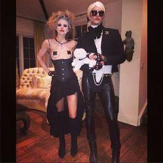 今年のアナリン・マッコードは、大胆な衣装でセクシーに! 横のカール・ラガーフェルドに扮しているのは、衣装デザイナーでスタイリストのエリック・ルディ。ゴシックなムードがナイスコンビ!