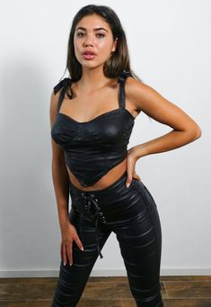Cropped Tops, Black Crop Tops, Leggings Mode, Leggings Fashion, Biker Chick Outfit, Leder Outfits, Leather Corset, Crop Top Outfits, Casual Outfits