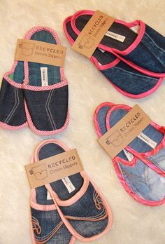 Recycled Denim Slippers - No pattern given; pinning photo only; easy enough to figure out how to make.Recycled denim slippers Adorable idea-I'd just make the bottom part more thick & firm.Repurposed old denim jeans into new denim SlippersLife Insty Diy Jeans, Jean Crafts, Denim Crafts, Diy Vetement, Denim Ideas, Diy Couture, Denim Bag, Denim Shoes, Diy Clothes