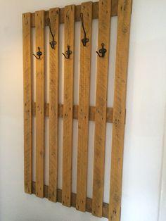 Garderobe aus alter Palette und einfachen Ikea Aufhängern