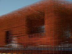 In die Matten wurde ein Raum für die Besucher geschnitten, die also den komplett offenen Raum zwischen den Matten begehen konnten.