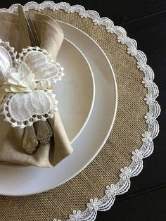 Diy Centerpieces, Table Decorations, Burlap Table Runners, Boho Home, Burlap Crafts, Burlap Lace, Decorating Small Spaces, Dining Table, Elegant