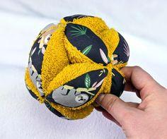 On a testé : Balle de préhension Montessori (tuto Les Maternelles) - Two pour le DIY ! Blog DIY Baby Couture, Sewing Projects, Blog, Diy, Animation, Education, Manualidades, Sewing Baby Clothes, Tuto Couture Facile