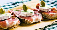 Tartines de jambon cru au chèvre et olives vertesVoir la recette des Tartines de…