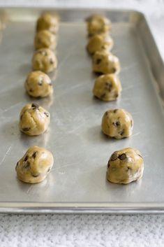 Si vous aimez comme moi avoir des cookies fait maison et toujours frais chez vous, j'ai la solution : la congélation de pâte crue !
