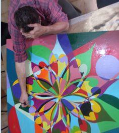 """.....uma espécie de transe.  Nesse """" quebranto"""" nunca sei quem está aí pintando. Claro que eu confecciono o trabalho mas ele certamente me alegra e colore o coração."""