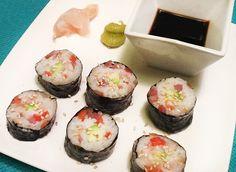Para unos 24 makis: 250 gr de arroz para sushi Sundari y 250 ml de agua - Vinagre de arroz - 1 cucharadita de azúcar y otra de sal - 100 gr de toras de ahumados variados (salmón, atún, bacalao, pez espada... los que encuentres en el mercado) – Unas tiras de pepino - Unas tiras de aguacate - Unas tiras de zanahoria cortadas en juliana muy fina - Queso crema de unatar - Láminas de alga nori - Semillas de sésamo Vegetarian Sushi Rolls, Ethnic Recipes, Food, China, Healthy, Logs, World, Rice Vinegar, Vegetables
