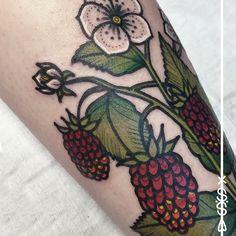 detail  #detail #raspberry #plant #flower #tattoo #herzdame #tätowierungen #erntezeit #berlin #color #ink #germantattooers