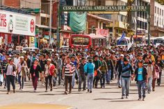 도로 점거 후 시위 중인 페루의 대학생들.