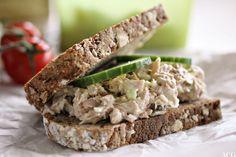 Blings med tunfiskrøre (nok til 1 kveldsmat og 1 lunsj) ca 40 g majones 0,5 ts Dijon sennep 0,5 stangselleri, grovt hakket 0,5 grønt eple, skrelt og raspet 1-2 ss hakket sylteagurk 1 boks tunfisk (i vann) En liten skvis sitronsaft Salt og pepper