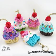 Cupcake key cozy crochet pattern by Emi Kanesada (Enna Design)