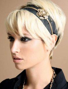Un headband élégant Jouez avec les accessoires chic et glamour pour donner plus de pep à votre coupe courte.