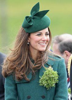 Kate preside a cerimónia militar. Os duques de Cambridge estiveram no quartel de Aldershot para celebrar o Dia de St.Patrick #Kate #William