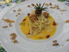 Ricette d'Autore. Vermicelloni con acciughe, noci, pomodori secchi, cacioricotta del Cilento e bottarga di tonno su crema di pomodorini gialli al rosmarino